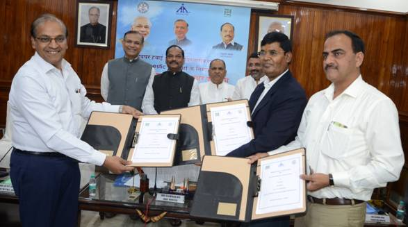 Sanjay Jain, Regional Executive Director (ER), AAI, Ram Narayan Ram, Deputy Secretary Transport (Civil Aviation), Govt. of Jharkhand and Gp. Capt. H.S Chaudhry, Additional Director of DRDO exchanging the MoU for development of Deoghar Airport in Deoghar district of Jharkhand in august presence of Jayant Sinha, Union Minister of State for Civil Aviation, Raghubar Das, Chief Minister of Jharkhand,